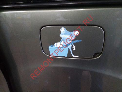 Прикол на крышке автомобильного лючка бензобака