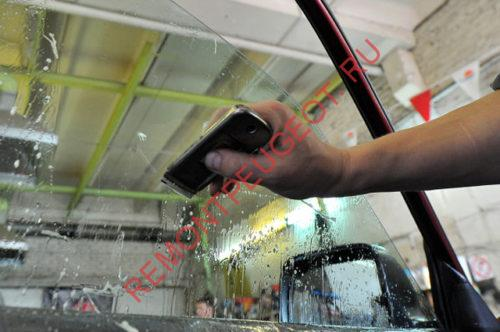 снять тонировку и клей со стекла лезвием